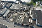 Foto: VidiPhoto<br /> <br /> LEKKERKERK - Wat de oorzaak was van de allesverwoestende vuurzee in het bedrijvencomplex zal vermoedelijk wel nooit achterhaald worden, verwacht Kees-Jan de Haay. Hij is eigenaar van de gelijknamige kozijnenfabriek annex aannemersbedrijf en financieel het zwaarst getroffen. Het nablussen duurde tot maandagochtend half zeven, 24 uur nadat de brand uitbrak. Ook brandweerkorpsen uit de omgeving werden bij de bluswerkzaamheden ingeschakeld. Wat overbleef was een verkoolde puinhoop met verwrongen staal.