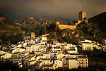 Spanien, Andalusien, Provinz Jaén, Cazorla: weisses Dorf mit Burganlage in der Sierra de Cazorla | Spain, Andalusia, Province Jaén, Cazorla: pueblo blanco with castle at Sierra de Cazorla mountains