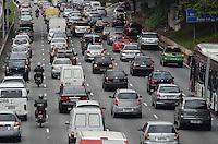ATENCAO EDITOR: FOTO EMBARGADA PARA VEICULOS INTERNACIONAIS. SAO PAULO, SP, 14 DE NOVEMBRO DE 2012 - Transito pesado na Avenida 23 de Maio, na altura do Paraiso, regiao central da capital, na manha desta quarta feira, 14, vespera de feriado.  FOTO: ALEXANDRE MOREIRA - BRAZIL PHOTO PRESS.