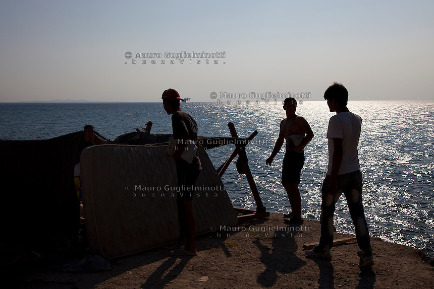 Grecia, Patrasso 2011: rifugiati  accampati lungo la spiaggia. Grece ville de Patras  2011 - refugies  dorment au bord de la plage