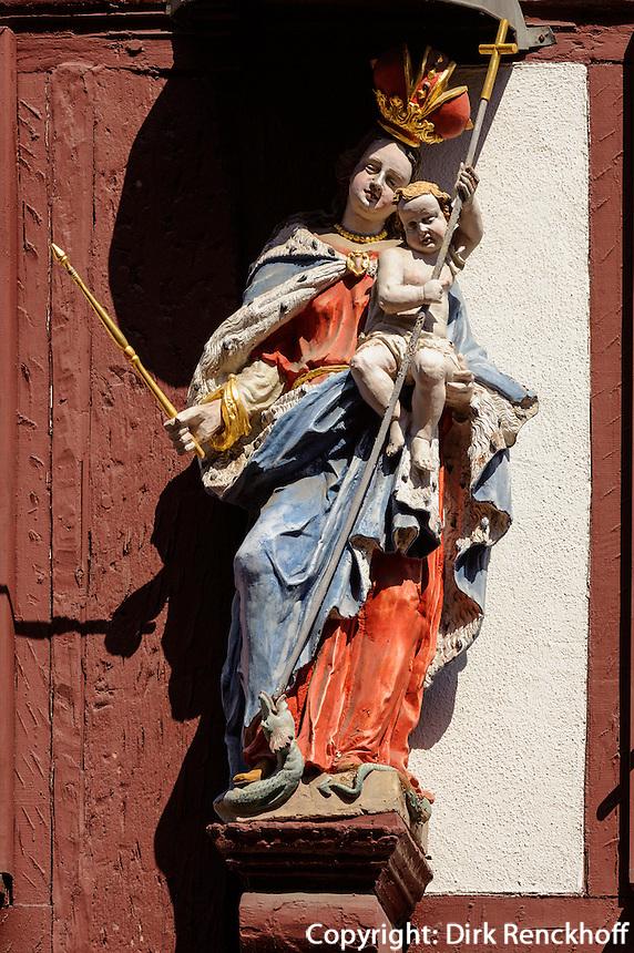 Marienstatue auf Hauptstraße von Miltenberg in Unterfranken, Bayern, Deutschland