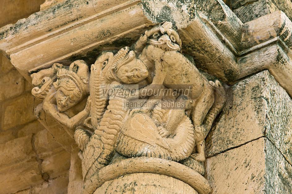Europe/France/Aquitaine/24/Dordogne/Périgord Noir/Saint-Amand-de-Coly: L'abbaye de Saint-Amand-de-Coly- détail chapiteau du transept: des monstres dévorent des  personnages- évocation du châtiment.