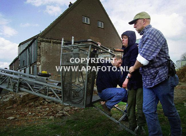 Angeren , 040400  Foto : Koos Groenewold / APA<br />Een actievoerder van GroenFront! wordt afgevoerd , nadat ze zojuist met behulp van de brandweer van het dak is gehaald.<br />Groenfront kraakte het huis vandaag , direct nadat het leeg kwam te staan . Het huis moet wijken voor de Betuwelijn