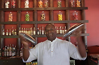 France/DOM/Martinique/Le François : Hôtel Cap Est Lagoon Resort & Spa -  Barman du bar à rhum le Cohi Bar [Non destiné à un usage publicitaire - Not intended for an advertising use]