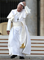 Papa Francesco lascia Piazza San Pietro al termine dell'udienza generale del mercoledi'. Citta' del Vaticano, 31 ottobre 2018.<br /> Pope Francis leaves at the end of his weekly general audience in St. Peter's Square at the Vatican, on October 31, 2018.<br /> UPDATE IMAGES PRESS/Isabella Bonotto<br /> <br /> STRICTLY ONLY FOR EDITORIAL USE