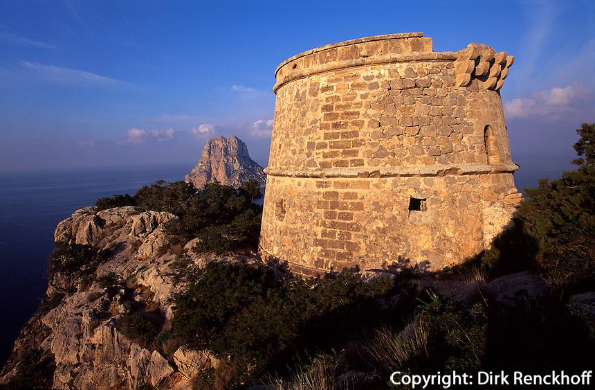 Spanien, Balearen, Ibiza, Blick auf die Insel Es Vedra, Wachturm Torre del Pirata (= Torre des Savinar) auf Cap del Jueu