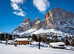 Italien, Suedtirol (Trentino - Alto Adige), Groednertal oberhalb von Wolkenstein an der Sellajoch Passstrasse:  Skipiste und Skihuette Malga Sella vorm Langkofel (3.181 m) | Italy, South Tyrol (Trentino -Alto Adige) above Selva di Val Gardena at Passo Sella: ski run and ski hut Malga Sella with Sassolungo mountain (3.181 m)