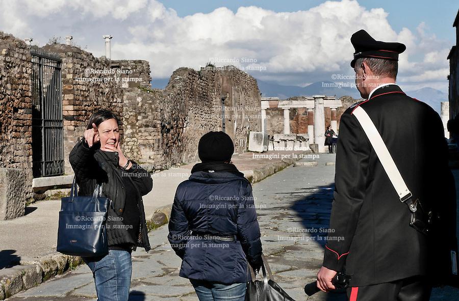 - NAPOLI 3 MAR  2014 -  Nuovo cedimento dopo quello di ieri, negli Scavi di Pompei. A venire giù è stato un muro di 2 metri in un'area non scavata di via Nola. Si tratta del costone di una bottega chiusa al pubblico nella regione V, insula 2, civico 19. NELLA FOTO la direttrice degli Scavi archeologici di Pompei, Greta Stefani