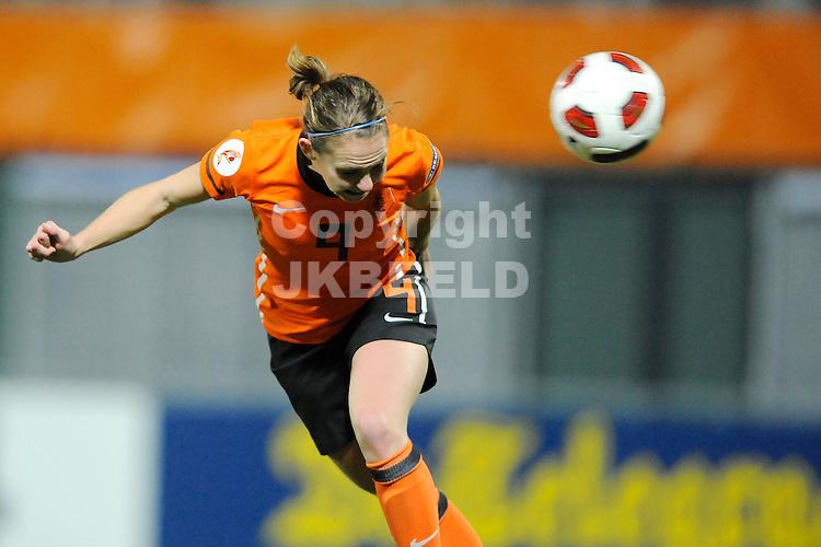 ZWOLLE - Voetbal,  Nederland - Engeland,  EK kwalificatie 2013 vrouwen, 27-10-2011 Kopbal Manon Melis