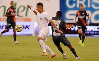 ENVIGADO -COLOMBIA-27-09-2014. Andres Tello (Izq) de Envigado FC disputa el balón con Yessy Mena (Der) de Atlético Junior durante partido por la fecha 12 de la Liga Postobón II 2014 realizado en el Polideportivo Sur de la ciudad de Envigado./ Andres Tello (L) of Envigado FC fights for the ball with Yessy Mena (R) of Atletico Junior during match for the 12th date of the Postobon League II 2014 at Polideportivo Sur in Envigado city.  Photo: VizzorImage/Luis Ríos/STR
