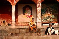 28.11.2008 Varanasi(Uttar Pradesh)<br /> <br /> Monkey eating near sadhus in the main ghat.<br /> <br /> Singe en train de manger pres des sadhus sur le ghat principal.