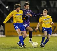 SW Harelbeke - SV Diksmuide..Simon Glorieux (midden) probeert zich tussen Sam Vanhoutte (links) en Joe Corveleyn (rechts) te wurmen...foto VDB / BART VANDENBROUCKE