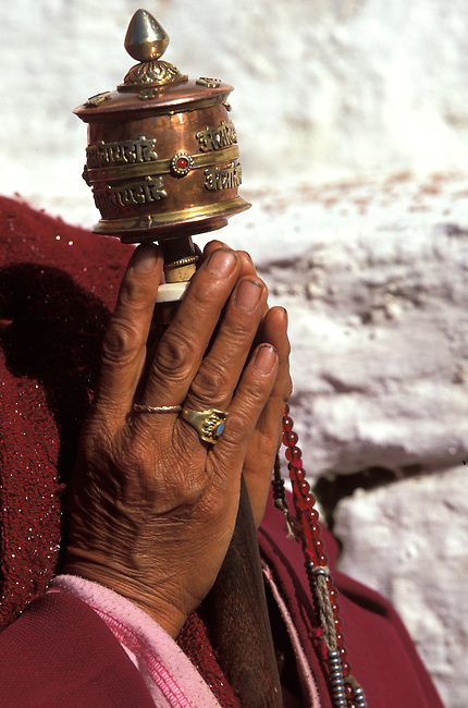 Vallee de Paro, temple de Kyuchu, moulin a priere. *** A Buddhist man spins a prayer wheel at the Kichu Lakhang Temple, Paro valley.