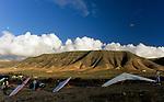 Spanien, Kanarische Inseln, Lanzarote, bei Famara, Drachenflieger vor der Bergkette Riscos de Famara | Spain, Canary Island, Lanzarote, near Famara, hang-gliders and Riscos de Famara mountains