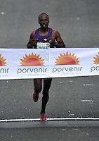BOGOTA - COLOMBIA - 31-07-2016: Tadese Tola de Etiopia, en varones se impuso en la media maraton de Bogota con un tiempo de 1h 05m 16s, donde participaron mas de 40.000 atletas. / Tadese Tola of Ethiopia in men won the Bogota Half Marathon with a time of 1h 05m 16s, with the participation of over 40,000 athletes. Photo: VizzorImage / Luis Ramirez / Staff.
