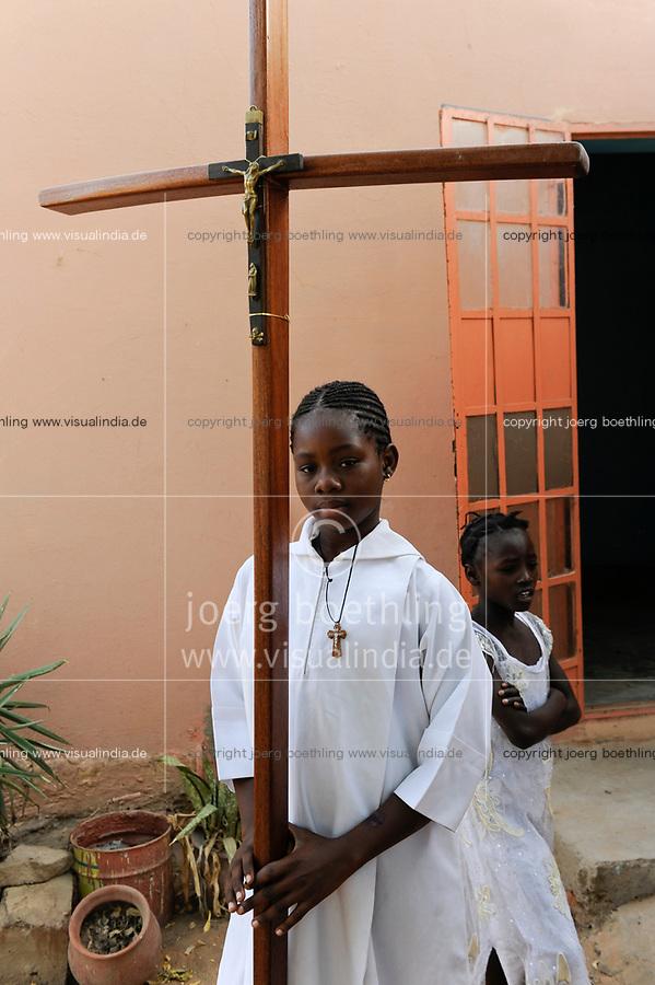 NIGER Maradi, catholic church, girl holding wooden cross / NIGER Maradi, katholische Kirche, Gottesdienst