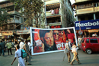 INDIA Mumbai Bombay, studio Ellora Arts is painting large cinema wall posters as advertise of Bollywood movies at cinema, Grant Road, transport to cinema, poster of movie Kranti / INDIEN Mumbai Bombay, Atelier Ellora Arts malt grosse Kinoplakate fuer Bollywood Filme, Lieferung zum Kino