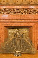 Europe/Pologne/Lodz: Le Palais d'Israël Poznanski qui contient le Musée d'Histoire de la Ville de Lodz - détail d'une cheminée néobaroque avec cache foyer en queue de paon
