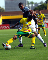 NEIVA - COLOMBIA -06 -02-2016: Jean Becerra (Izq.) jugador de Atletico Huila disputa el balón con Yairo Moreno (Der.) jugador de Envigado FC durante partido entre Atletico Huila y Envigado FC por la fecha 2 de la Liga Aguila, I 2016 en el estadio Guillermo Plazas Alcid de Neiva. / Jean Becerra (L), player of Atletico Huila vies for the ball with Yairo Moreno (R) player of Envigado FC during match between Atletico Huila and Envigado FC for the date 2 of the Liga Aguila I 2016 at the Guillermo Plazas Alcid Stadium in Neiva city. Photo: VizzorImage  / Sergio Reyes / Cont.