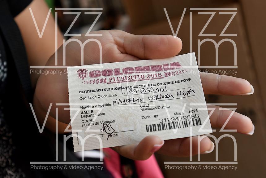 CALI -COLOMBIA. 02-10-2016: Ciudadanos colombianos acuden a las urnas para votar durante el Plebisto, escribiendo un nuevo capitulo en la historia del pais. Hoy los colombianos acuden a las urnas para decir SI o NO al acuerdo de Paz firmado entre el Gobierno y las Fuerzas Armadas Revolucionarias de Colombia Ejercito del Pueblo (FARC-EP) / Colombian citizens go to the polls to vote writing a new chapter in the history of the country. Today Colombians go to the polls to say YES or NO to the peace agreement signed between the government and the Revolutionary Armed Forces of Colombia People's Army (FARC-EP). Photo: VizzorImage/ Gabriel Aponte / Staff