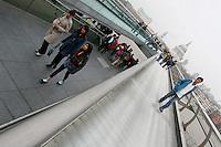 Londra Millennium bridge , Pont du Millenium   di Arup, Foster & partners , 2000  Turisti attraversano il ponte