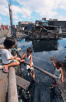 PHILIPPINES Manila, slum dweller of Dagat-Dagatan live above dirty open sewage canal which causes diseases and there is a shortage of safe drinking water / PHILIPPINEN, Megacity Manila, Slumbewohner in Dagat-Dagatan leben an einem Abwasserkanal der Krankheiten und Infektionen verursacht , die Trinkwasser Versorgung ist katastrophal