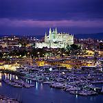 Spain, Balearic Islands, Mallorca, Palma de Mallorca: View over marina/harbour to the floodlit Cathedral (La Seu) at night | Spanien, Palma de Mallorca: mit Kathedrale La Seu und Hafen bei Nacht