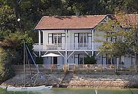 Europe/France/Aquitaine/33/Gironde/Bassin d'Arcachon: détail maison et voilier sur les bords du Bassin d'Arcachon aux env des Jacquets - Villa de bord de mer