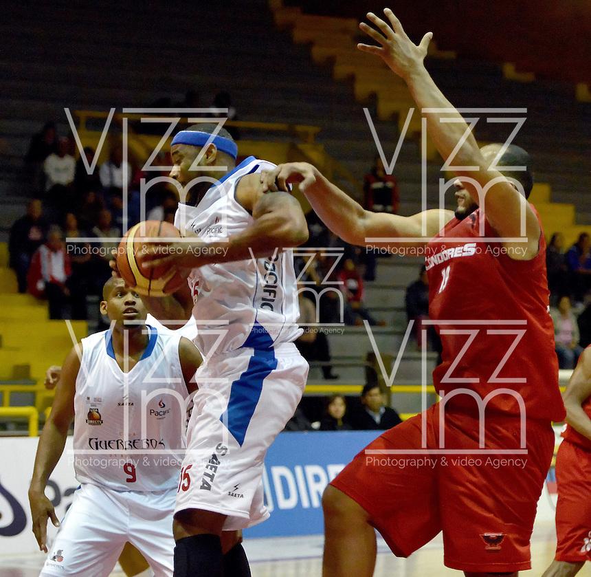 BOGOTÁ -COLOMBIA. 21-03-2014. Calvin Lee Warner (Izq) de  Guerreros de Bogotá disputa el balón con Fredy Asprilla (D) de Cóndores de Cundinamarca durante partido por la fecha 1 de la  Liga DirecTV de Baloncesto 2014-I de Colombia realizado en el coliseo El Salitre de Bogotá./ Calvin Lee Warner (L) of Guerreros de Bogotá fights for the ball with Fredy Asprilla (R) of Condores de Cundinamarca during match for the first date of the DirecTV Basketball League 2014-I in Colombia at El Salitre coliseum in Bogota. Photo: VizzorImage/ Gabriel Aponte / Staff