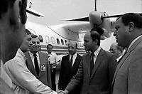 Aéroport Toulouse-Blagnac. Le 28 Août 1984. Vue de Laurent Fabius à proximité d'un avion.