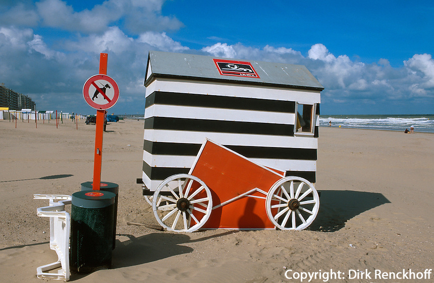 Belgien, Flandern, Badekarren am Strand von Blankenberge