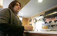 """La giornalista de """"Il Mattino"""" Rosaria Capacchione inizia la giornata con un caffe' nel bar sotto la redazione del suo giornale a Caserta, 14 novembre 2008..UPDATE IMAGES PRESS/Riccardo De Luca"""