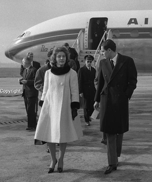 Aéroport Toulouse-Blagnac. 30 Novembre 1961. Vue du prince Moulay et de sa femme à la descente de l'avion.