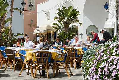ITA, Italien, Kampanien, Ischia, vulkanische Insel im Golf von Neapel, Sant' Angelo: Menschen im Restaurant, Strassencafe | ITA, Italy, Campania, Ischia, volcanic island at the Gulf of Naples, Sant' Angelo: people at restaurant, cafe