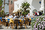 ITA, Italien, Kampanien, Ischia, vulkanische Insel im Golf von Neapel, Sant' Angelo: Menschen im Restaurant, Strassencafe | ITA, Italy, Campania, Ischia, volcanic island at the Gulf of Naples, Sant' Angelo: people at restaurant, cafe