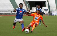 MANIZALES - COLOMBIA, 16-01-2021:Elvis Perlaza de  Millonarios disputa el balón con el Envigado durante partido entre Millonarios y Envigado F.C. por la fecha 1 de la Liga BetPlay DIMAYOR 2021 jugado en el estadio Palogrande de la ciudad de Manizales. /Elvis Perlaza of Millonarios vies for the ball with Envigado during match between Millonarios and Envigado F.C. for the date 1 as part of BetPlay DIMAYOR League 2021 played at Palogrande stadium in Manizales city.  Photo: VizzorImage / John Jairo Bonilla / Contribuidor
