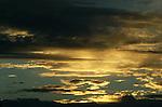 Foto: VidiPhoto..BOVAGEN - Noorderlicht in het Noorse Bovagen, in de buurt van Bergen, kleurt de hemel oranje.