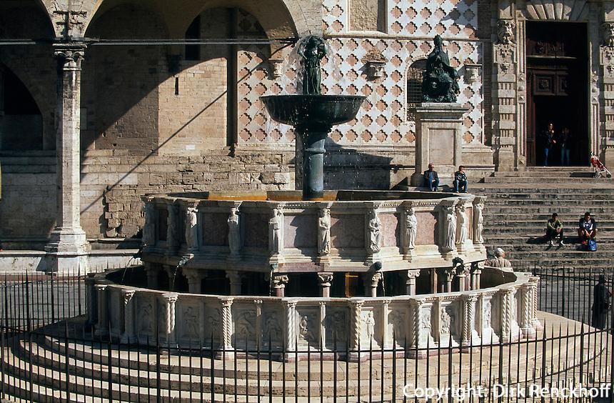 Fontana Maggiore vor Duomo San Lorenzo in Perugia, erbaut 1277-1278 von Fra Bevignate, Reliefs von Nicolo und Giovanni Pisano, Umbrien, Italien