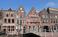 Nederland Leiden - 2021.  Trapgevels aan de Steenschuur in Leiden. Rechts de Opstandingskerk.   Foto ANP / Hollandse Hoogte / Berlinda van Dam