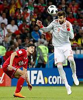 KAZAN - RUSIA, 20-06-2018: Sardar AZMOUN (Izq) jugador de RI de Irán disputa el balón con Gerard PIQUE (Der) jugador de España durante partido de la primera fase, Grupo B, por la Copa Mundial de la FIFA Rusia 2018 jugado en el estadio Kazan Arena en Kazán, Rusia. /  Sardar AZMOUN (L) player of IR Iran fights the ball with Gerard PIQUE (R) player of Spain during match of the first phase, Group B, for the FIFA World Cup Russia 2018 played at Kazan Arena stadium in Kazan, Russia. Photo: VizzorImage / Julian Medina / Cont