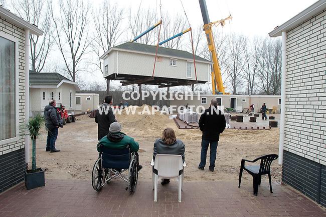 Arnhem, 240211<br /> Bewoners van woonwagenkamp aan de Merwedestraat kijken toe hoe een wagen van 28 ton zwaar nieuwe bestemming krijgt. Een groot deel van het kamp is vernieuwd.<br /> Foto: Sjef Prins - APA Foto<br /> vrije aanlevering