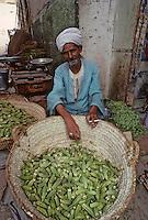 Afrique/Egypte/Esna: Marchands de légumes dans les souks