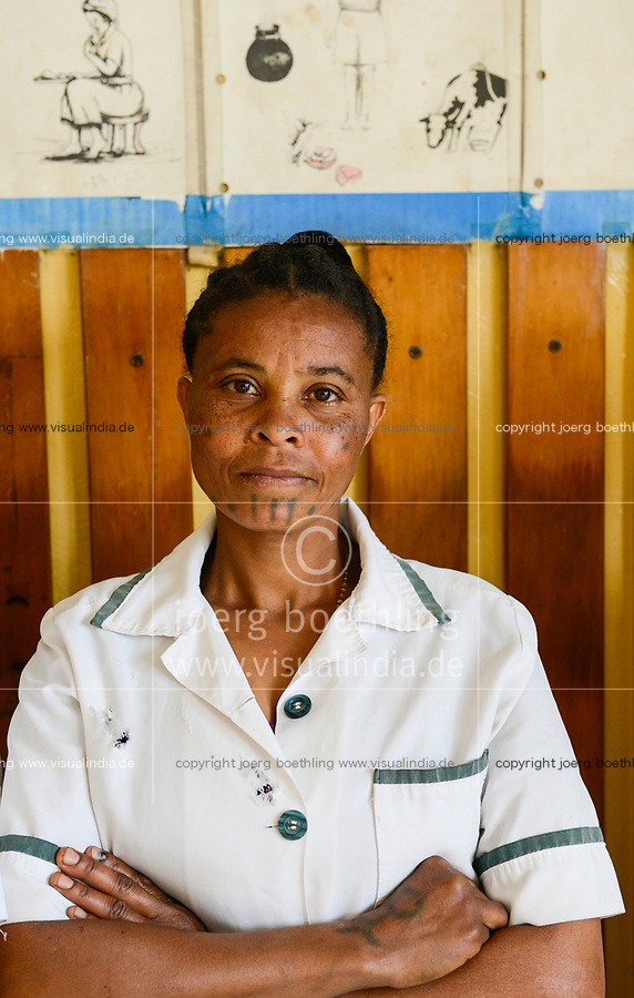 ETHIOPIA Taza Catholic Health Center, tattooed nurse / AETHIOPIEN Taza Catholic Health Center, Mitarbeiterin mit Taetowierung