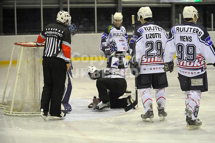 ijshockey grzzlies - geleen playoffs seizoen 2008-2009 22-02-2009  arbiter repareert het ijs.