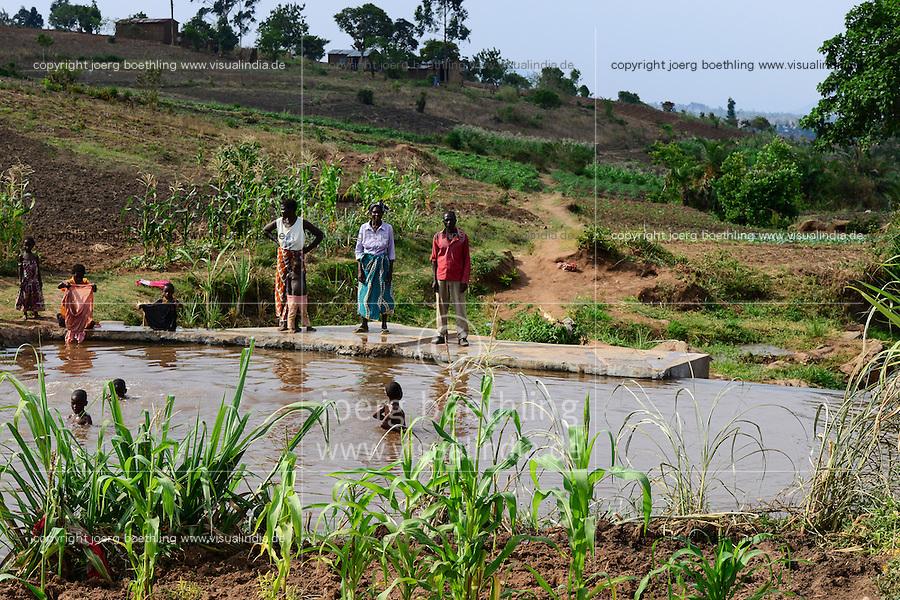 Malawi, Thyolo, NGO CARD Churches Action in Relief and Development, Bewaesserungssystem im Dorf Samuti, Wehr am Fluß, von hier leitet ein Kanalsystem Wasser auf die Felder, rechts John Chimwaye, 56