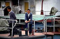Yangtze-Fluss in der Provinz Hubei / China<br /> Die chinesische Regierung plant in der Provinz Hubei den Yangtze-Fluss mit einem Staudamm zur Stromgewinnung aufzustauen. Dabei werden ca. 3 Millionen Menschen umgesiedelt.<br /> Hier: Hafenarbeiter in Yichang, einer Stadt, die wegen der Umsiedlung ca. 1 Million umgesiedelte Menschen aufnehmen muss.<br /> 1992, Yichang, Provinz Hubei / China<br /> Copyright: Christian-Ditsch.de<br /> [Inhaltsveraendernde Manipulation des Fotos nur nach ausdruecklicher Genehmigung des Fotografen. Vereinbarungen ueber Abtretung von Persoenlichkeitsrechten/Model Release der abgebildeten Person/Personen liegen nicht vor. NO MODEL RELEASE! Nur fuer Redaktionelle Zwecke. Don't publish without copyright Christian-Ditsch.de, Veroeffentlichung nur mit Fotografennennung, sowie gegen Honorar, MwSt. und Beleg. Konto: I N G - D i B a, IBAN DE58500105175400192269, BIC INGDDEFFXXX, Kontakt: post@christian-ditsch.de<br /> Urhebervermerk wird gemaess Paragraph 13 UHG verlangt.]