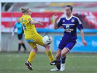 Waasland Beveren Sinaai Girls - RSC Anderlecht : duel tussen Wiene Van Guyse (links) en Cynthia Browaeys.foto DAVID CATRY / Nikonpro.be