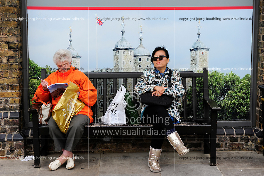 GREAT BRITAIN, London, tourists at tower of London  / GROSSBRITANNIEN, London, Touristen am Tower