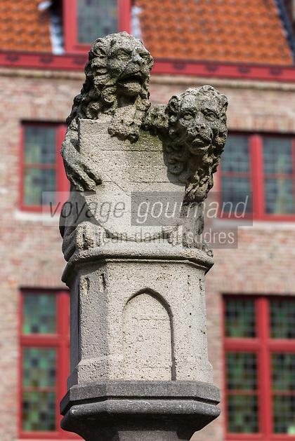 Belgique, Flandre-Occidentale, Bruges, centre historique classé Patrimoine Mondial de l'UNESCO,  La Place des Tanneurs ou Huidenvettersplein, juste au cœur de la place des tanneurs la satue de  deux lions. Ils tiennent un bouclier, signifiant qu'ils guident et veillent sur tous les tanneurs de la ville //  Belgium, Western Flanders, Bruges, historical centre listed as World Heritage by UNESCO, tanners square or Huidenvettersplein, right in the heart of the place of the tanners satue two lions. They hold a shield, meaning they guide and watch over all of the city tanners
