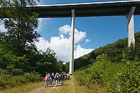 Tout débute par une randonnée sur le parcours de l'ancienne voie ferrée<br /> Passage sous le viaduc de l'A89, tout un symbole, car c'est la route qui a tué le train